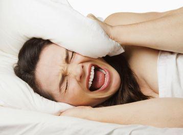 Cách chữa trị bệnh mất ngủ tại nhà đơn giản, hiệu quả với phương pháp ngâm chân muối dược liệu.